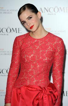 Эмма Уотсон без лифчика на вечеринке перед премией BAFTA фото #2