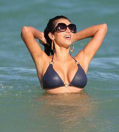 Сексуальная Ким Кардашьян на пляже Майами фото #1