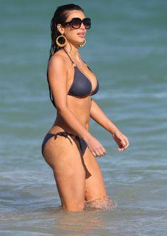 Сексуальная Ким Кардашьян на пляже Майами фото #3