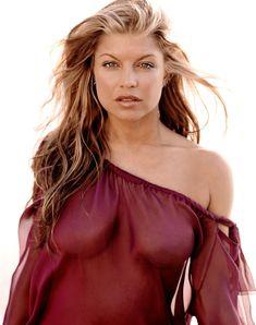 Сочная грудь Ферги в журнале Allure фото #2
