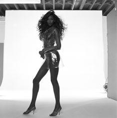 Голая грудь Наоми Кэмпбелл в фотосессии Мишеля Комте фото #4