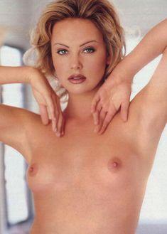 Полностью голая Шарлиз Терон в журнале Playboy фото #4