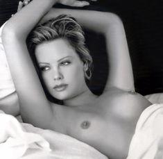 Полностью голая Шарлиз Терон в журнале Playboy фото #5