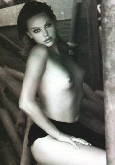 Полностью голая Шарлиз Терон в журнале Playboy фото #13