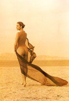 Полностью голая Шарлиз Терон в журнале Playboy фото #24