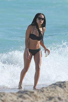 Сексуальная Зоя Кравиц на пляже в Майами фото #20