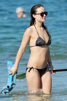Оливия Уайлд раздвинула ноги в купальнике на пляже в Мауи фото #3