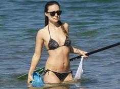 Оливия Уайлд раздвинула ноги в купальнике на пляже в Мауи фото #6