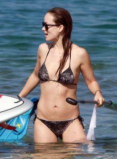 Оливия Уайлд раздвинула ноги в купальнике на пляже в Мауи фото #7