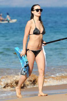 Оливия Уайлд раздвинула ноги в купальнике на пляже в Мауи фото #8