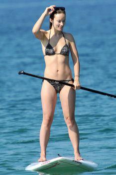 Оливия Уайлд раздвинула ноги в купальнике на пляже в Мауи фото #11