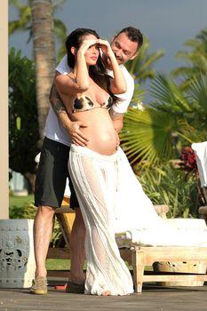 Беременная Меган Фокс в бикини на Гавайях фото #6