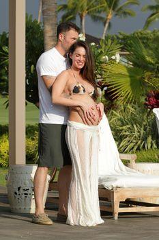 Беременная Меган Фокс в бикини на Гавайях фото #8