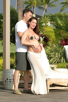 Беременная Меган Фокс в бикини на Гавайях фото #9