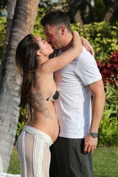 Беременная Меган Фокс в бикини на Гавайях фото #11
