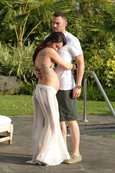 Беременная Меган Фокс в бикини на Гавайях фото #13