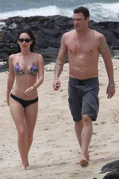 Сексуальная Меган Фокс на пляже в Гавайях фото #8