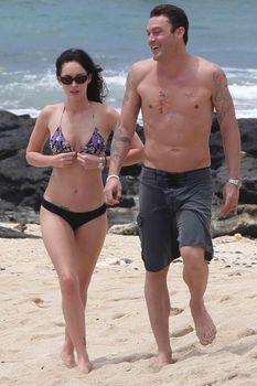 Сексуальная Меган Фокс на пляже в Гавайях фото #9
