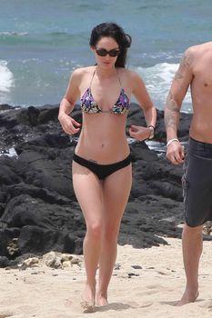 Сексуальная Меган Фокс на пляже в Гавайях фото #10
