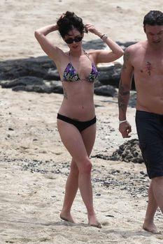 Сексуальная Меган Фокс на пляже в Гавайях фото #17
