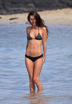Возбуждающее тело Меган Фокс в черном бикини фото #1