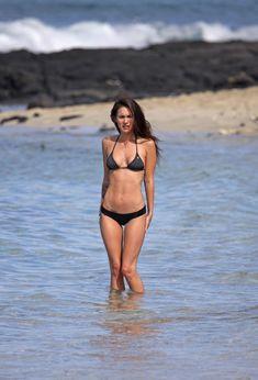 Возбуждающее тело Меган Фокс в черном бикини фото #2
