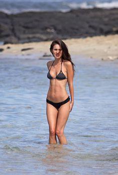 Возбуждающее тело Меган Фокс в черном бикини фото #3