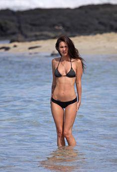 Возбуждающее тело Меган Фокс в черном бикини фото #4