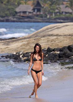 Возбуждающее тело Меган Фокс в черном бикини фото #8