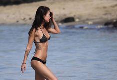 Возбуждающее тело Меган Фокс в черном бикини фото #11