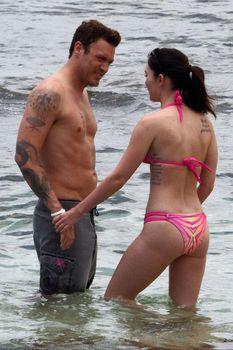 Соблазнительная Меган Фокс в розовом купальнике на Гавайях фото #1
