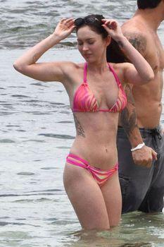 Соблазнительная Меган Фокс в розовом купальнике на Гавайях фото #3