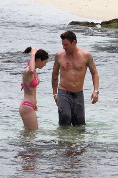 Соблазнительная Меган Фокс в розовом купальнике на Гавайях фото #4