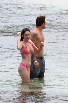 Соблазнительная Меган Фокс в розовом купальнике на Гавайях фото #5