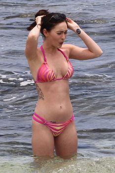 Соблазнительная Меган Фокс в розовом купальнике на Гавайях фото #7