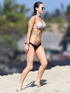 Сексапильная Меган Фокс в черно-белом бикини на Гавайях фото #1