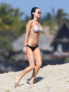 Сексапильная Меган Фокс в черно-белом бикини на Гавайях фото #2