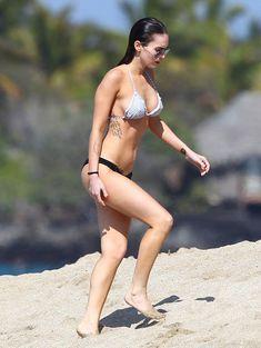 Сексапильная Меган Фокс в черно-белом бикини на Гавайях фото #4
