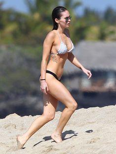 Сексапильная Меган Фокс в черно-белом бикини на Гавайях фото #5