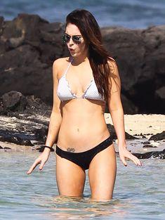 Сексапильная Меган Фокс в черно-белом бикини на Гавайях фото #8