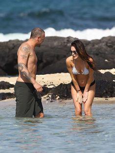 Сексапильная Меган Фокс в черно-белом бикини на Гавайях фото #18