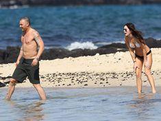 Сексапильная Меган Фокс в черно-белом бикини на Гавайях фото #22
