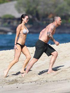 Сексапильная Меган Фокс в черно-белом бикини на Гавайях фото #29