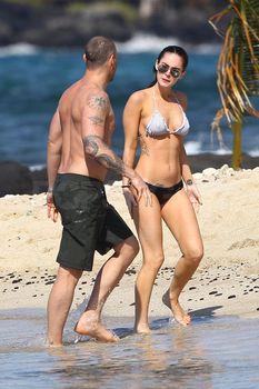 Сексапильная Меган Фокс в черно-белом бикини на Гавайях фото #34