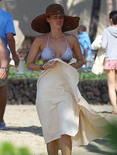 Сексапильная Меган Фокс в черно-белом бикини на Гавайях фото #37