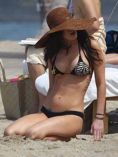 Сексапильная Меган Фокс в черно-белом бикини на Гавайях фото #39