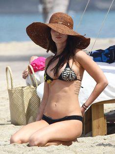 Сексапильная Меган Фокс в черно-белом бикини на Гавайях фото #40
