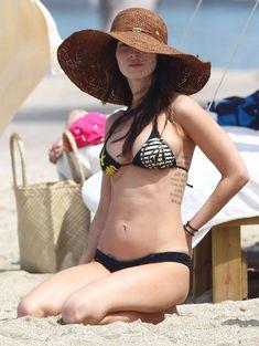 Сексапильная Меган Фокс в черно-белом бикини на Гавайях фото #41