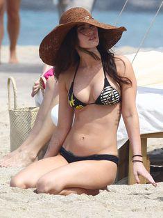 Сексапильная Меган Фокс в черно-белом бикини на Гавайях фото #42