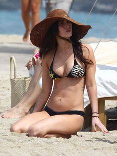 Сексапильная Меган Фокс в черно-белом бикини на Гавайях фото #43